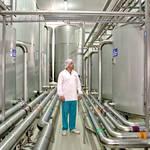 Современный участок CIP-мойки. Вжестко  контролируемом режиме осуществляется процесс подготовки специальных растворов, позволяющих добиться стерильности производства