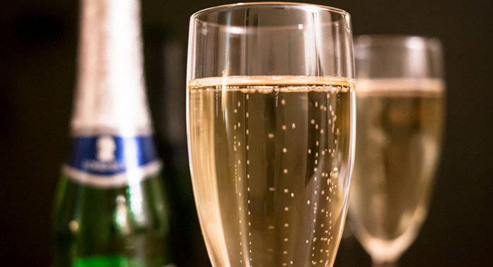 Новогодние праздники, шампанское, Беларусь, 2017 год